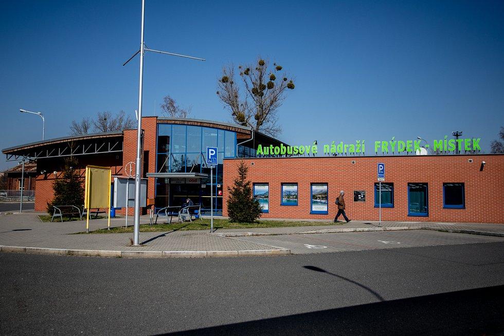 Frýdek-Místek v celostátní karanténě (Autobusové nádraží), 24. března 2020. Vláda ČR vyhlásila dne 15.3.2020 celostátní karanténu kvůli zamezení šíření novému koronavirové onemocnění (COVID-19).