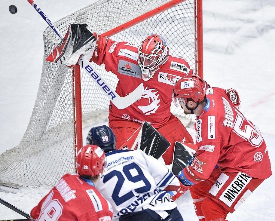 Utkání 42. kola hokejové extraligy: HC Oceláři Třinec - HC Vítkovice Ridera, 2. února 2021 v Třinci. (zleva) brankář Třince Ondřej Kacetl a Lukáš Krenželok z Vítkovic.