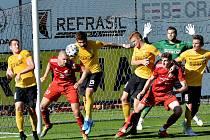 Třinečtí fotbalisté (v červeném) porazili doma Sokolov 2:1.