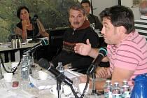 Radim Turek (vpravo) tvrdí, že město má tlačit na to, aby stavební firmy pracovaly i v noci. Vzadu Věra Palkovská.