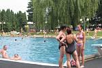 Pěkného počasí si v sobotu odpoledne užívali také návštěvníci koupaliště v Třinci.