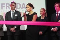 Před slavnostním přestřižením pásky promluvila k přítomným návštěvníkům také ředitelka obchodního centra Petra Bujnošková (s mikrofonem).