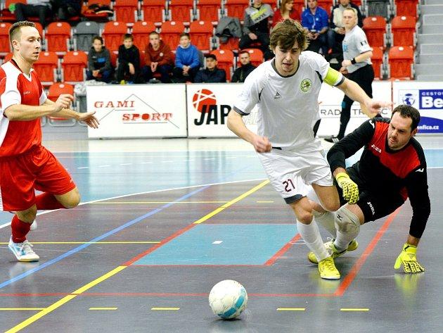 Futsalisté Třince (v bílém) se nadále drží na vítězné vlně.