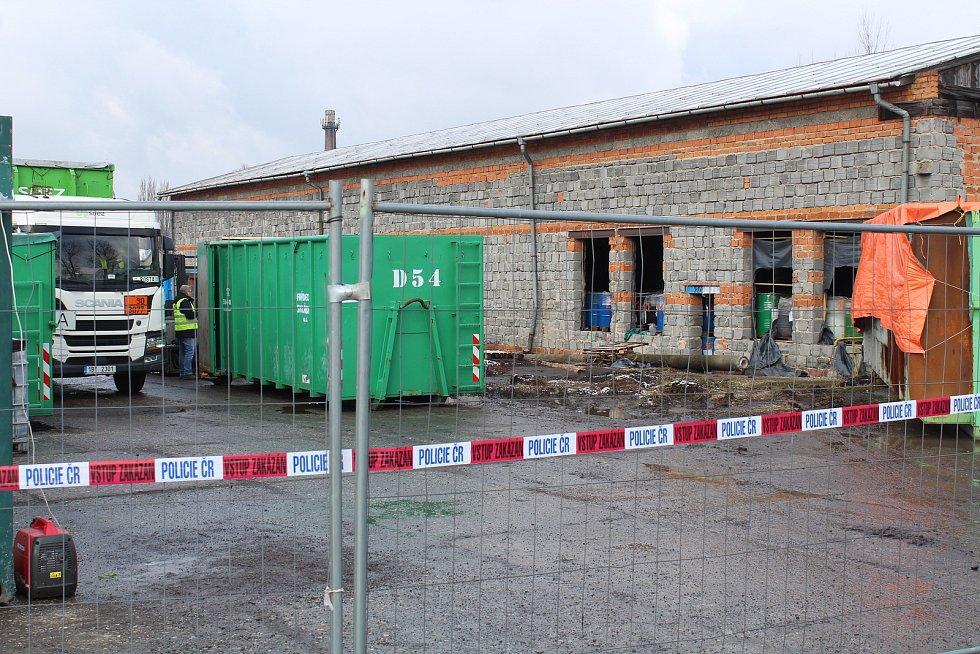 Odvoz první várky nebezpečného odpadu z nelegálního skladu ve Starém Městě.