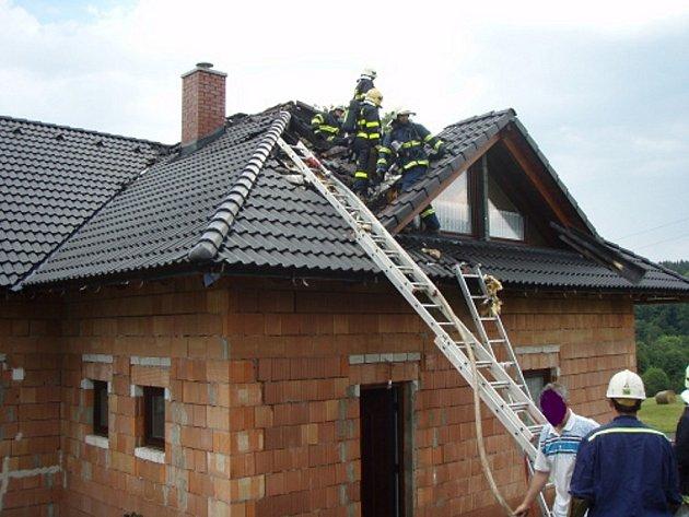 Čtyři hasičské jednotky zasahovaly v pondělí 30. června večer u požáru, který po úderu blesku zachvátil novostavbu rodinného domku v Třinci-Kojkovicích.