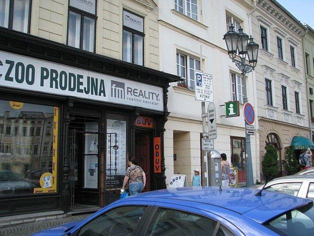 Realitní kancelář FM Reality sídlí na frýdeckém náměstí. Její šéf Roman Červík podle policistů zpronevěřil miliony korun. Některé klienty, kteří mu svěřili peníze, dostal do existenčních problémů.