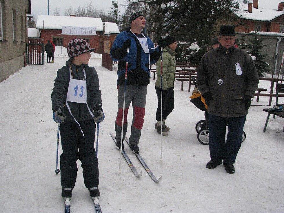 V závodě mužů běžel i školák s číslem 13. Podle starostky Dagmar Molinové si to nenechal rozmluvit, takže mu organizátoři závod s dospělými umožnili.