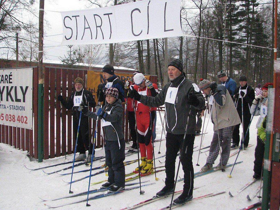 Start závodu mužů se musel opakovat. Závodníci totiž vyběhli na trať před výstřelem. Pozdější vítěz Vlastimil  Sosna stojí uprostřed v červené kombinéze.