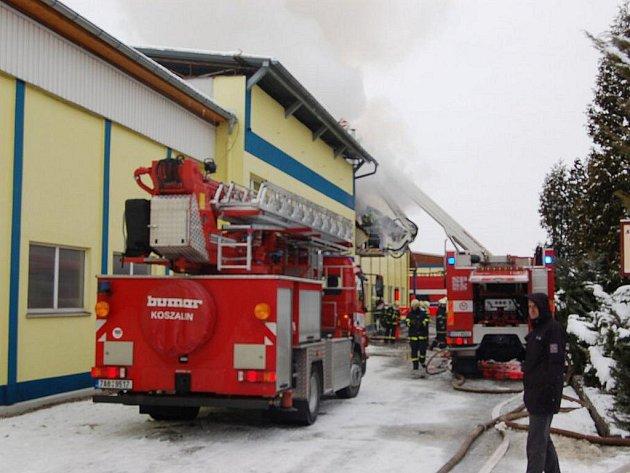 V paskovské firmě, zabývající se výrobou armatur, začalo v úterý před polednem hořet.