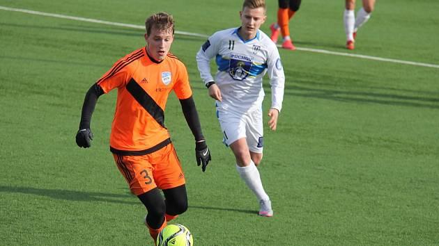 Frýdecký záložník Michal Skwarczek (v oranžovém) se snaží založit útočnou akci domácího mužstva.