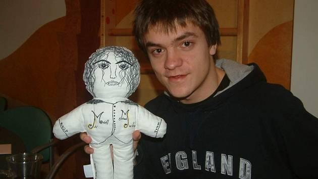 Jiří Mádl vymaloval z panenky Michaela Jacksona.