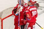 Finále play off hokejové Tipsport extraligy - 1. zápas: HC Oceláři Třinec - Bílí Tygři Liberec, 18. dubna 2021 v Třinci. Zleva brankář Třince Ondřej Kacetl a Patrik Hrehorčák z Třince.