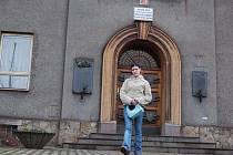 Mladá žena vychází z budovy v Nádražní ulici, v níž sídlí základní škola s polským jazykem vyučovacím. Do školy mají chodit i žáci z Koperníkovy ulice.