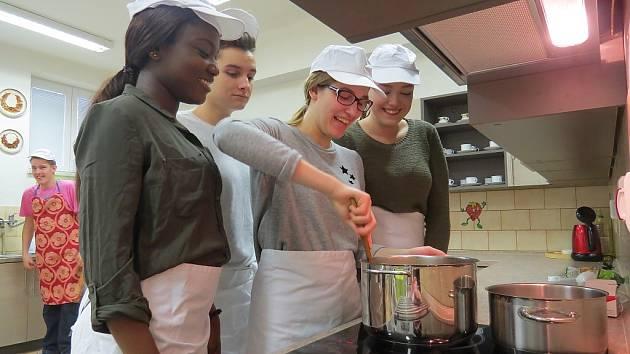 Společné vaření se zahraničními studenty.