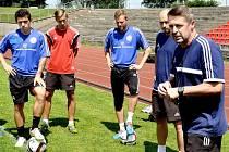 Třinečtí fotbalisté půjdou do nové sezony pod trenérskou taktovkou Radima Nečase (úplně vpravo).