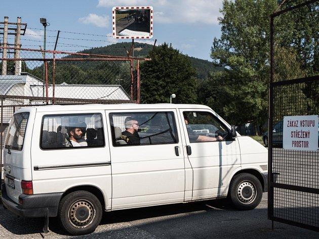 Uprchlíky do tábora ve Vyšních Lhotách přivezla policie.
