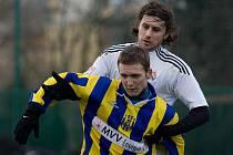 Hrajícím trenérem Lískovce je Martin Šrámek (v bílém). Na snímku je Šrámek zachycen v přípravném utkání s třetiligovou Opavou.