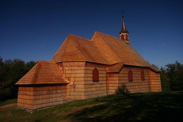 Když dorazíte na Prašivou, můžete obdivovat izdejší dřevěný kostelík.