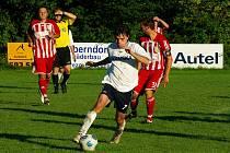 Hráči Nýdku (v červených dresech) Tomáš Faruga (vlevo) a Ivan Martinčík během mistrovského zápasu.