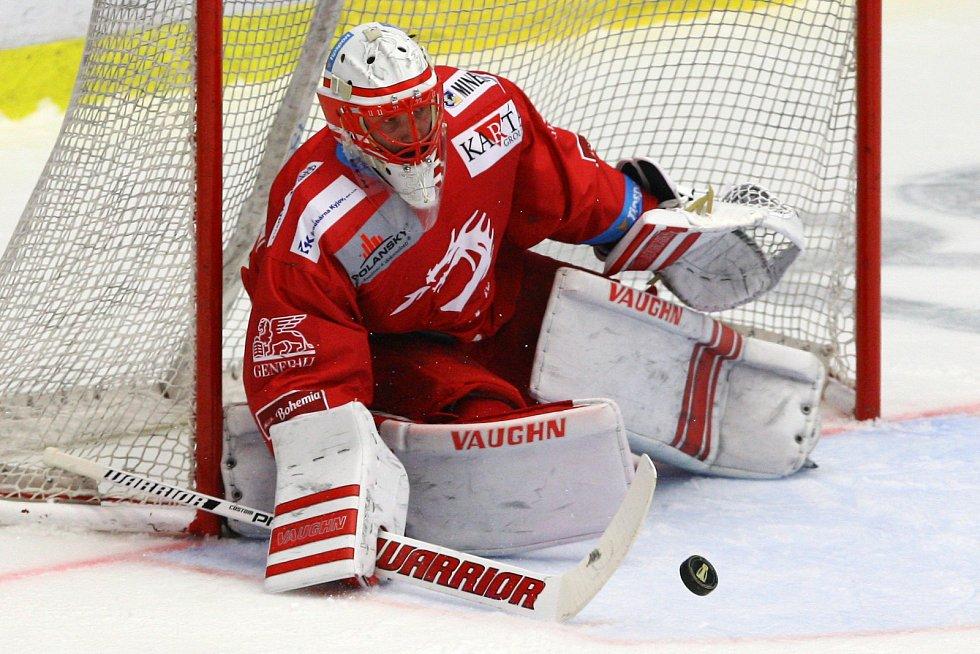 Oceláři (v červeném) zvládli čtvrtý zápas série na ledě Plzně 4:3.