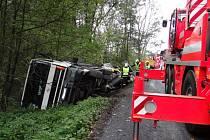 Vyprošťování převráceného nákladního automobilu.