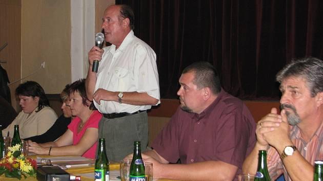 Vedení Ostravice. S mikrofonem stojí starosta obce Jaromír Dobrozemský, po jeho levici místostarosta Miroslav Mališ.