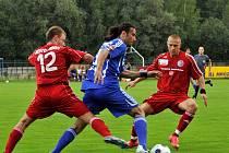 Olomouckého Daniela Silvu Rossi se snaží zastavit dva domácí hráči Petr Lisický (vpravo) a Jaromír Grim (12)