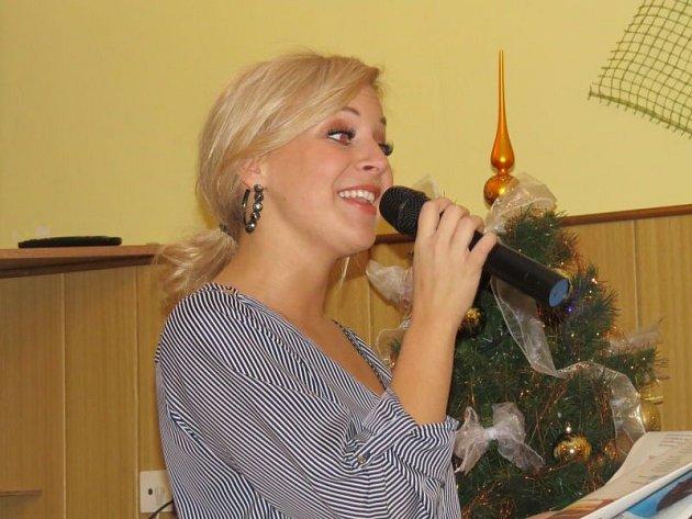 Také vKomorní Lhotce se zapojili do celorepublikové akce Česko zpívá koledy. Pozvání Deníku přijala izpěvačka Markéta Konvičková.