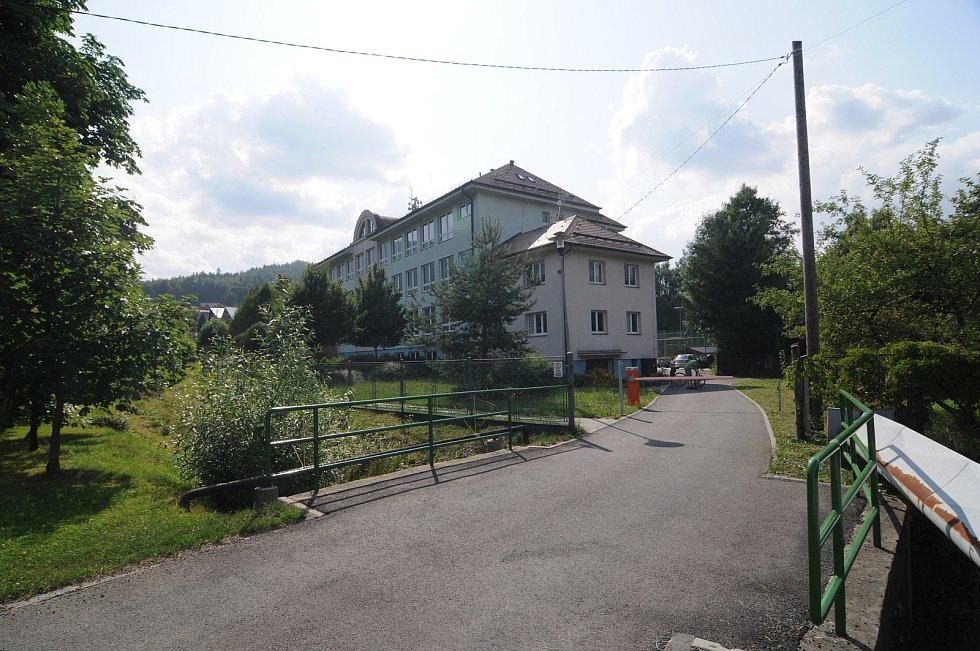 Budova základní školy v Ostravici.