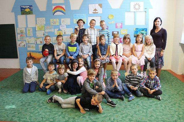 Fotografie zachycuje prvňáčky ze základní školy ve Starém Městě spaní učitelkou Lenkou Konečnou.
