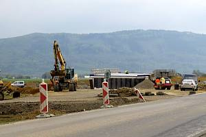 Úsek stavby v Neborech, kolem něhož se jezdí do ropické části Za Lesem.