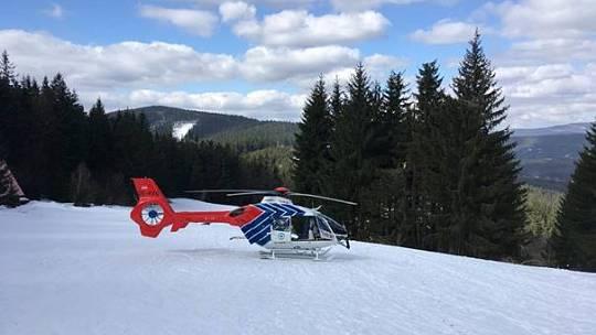 Vrtulník Letecké záchranné služby MKS Kryštof 05 v Beskydech.
