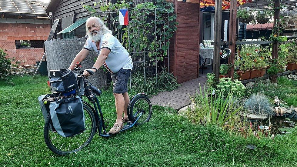 Břetislav Snášel vyráží na 100 km dlouhou cestu k Baltu. Na koloběžce.