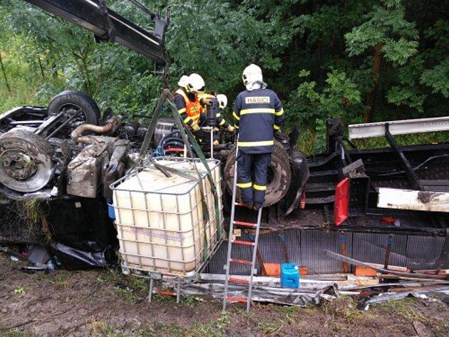 Zásah hasičů u havarovaného kamionu.