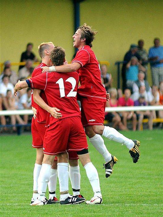 Fotbalisté Frýdlantu (červené dresy) porazili v domácím prostředí Janovice 4:3.