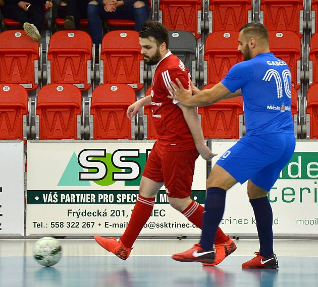 Třinečtí futsalisté (v červeném) se s nejvyšší soutěží rozloučili vítězstvím.