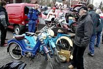 Populární jarní burza náhradních dílů historických i současných automobilů a motocyklů začala v sobotu v Bašce již v šest hodin ráno. Pozornost návštěvníků poutaly stroje dávnějšího roku výroby.