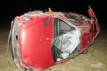 Takto dopadlo auto, které sedmnáctiletý opilý mladík ukradl svým rodičům. Ve Starém městě nezvládl pravotočivou zatáčku.