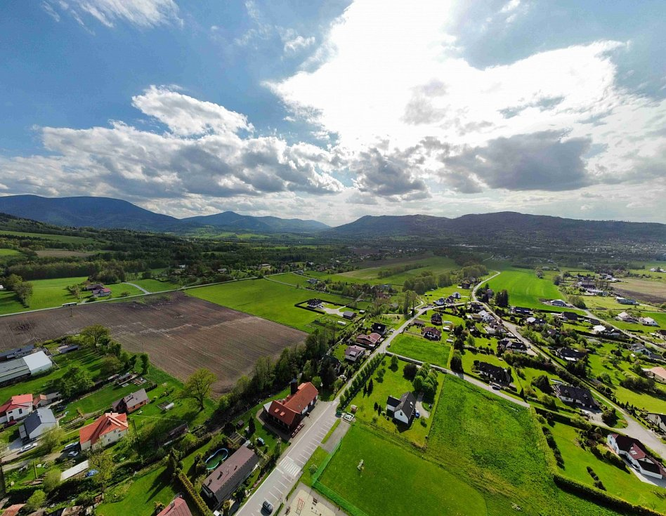 Pohled z dronu na krajinu v okolí Malenovic