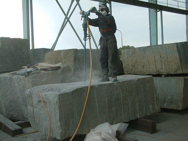 Emil Adamec při práci. Godulský zelený pískovec byl vytěžen vobci Řeka, kámen váží asi devět tun.