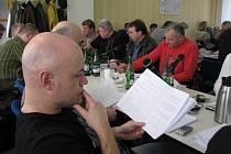 Třinecký zastupitel Petr Šiška studuje jeden z předložených materiálů. Granty se rozdělovaly nejen v hutnickém městě, ale také v Jablunkově.