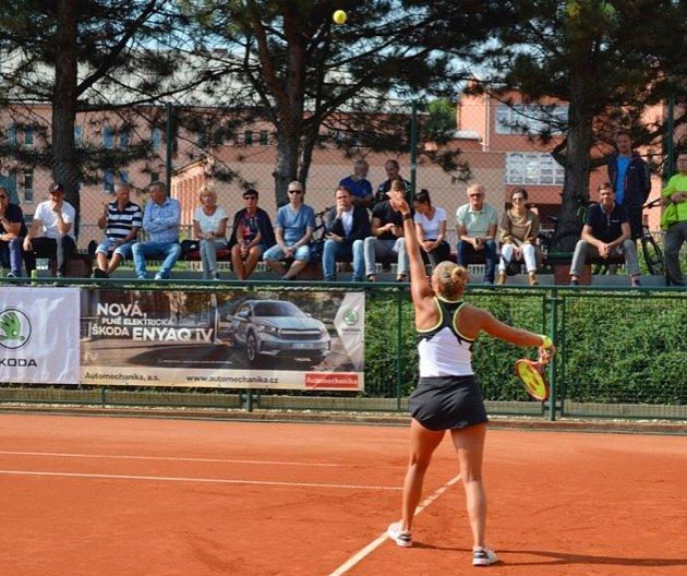 Ženský tenisový turnaj ITF Frýdek-Místek Open 2021 (12.9.2021). Na snímku vítězka Maďarka Udvardyová, která ve finále porazila Šapatavovou zGruzie.