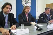 Policie stíhá čtyři osoby z manipulace s veřejnými zakázkami ve Frýdku-Místku. Jedním z obviněných by měl být i šéf Městské policie ve Frýdku-Místku Milan Sněhota. Snímek z dnešní z tiskové konference.