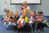 Školáci z Frýdku-Místku ušili sedmnáct panenek, každou z nich si mohou koupit zájemci za 600 korun a pomoci tím naočkovat děti v rozvojových zemích.