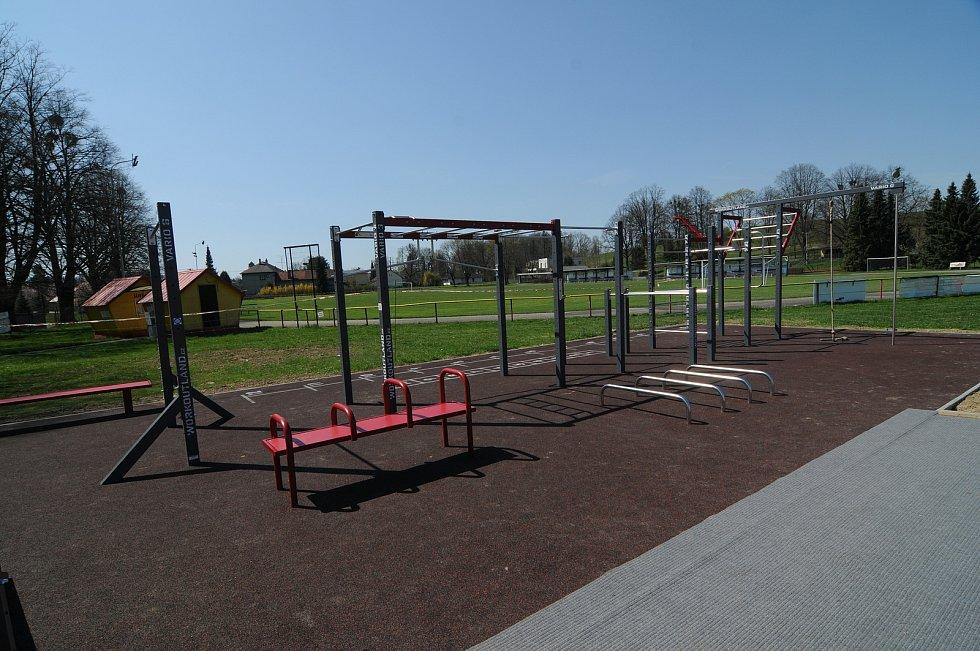 Workoutové hřiště nacházející se v areálu fotbalového hřiště.