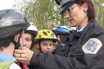 Lenka Biolková s žáky na dopravním hřišti.