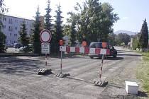 Snímek zachycuje silnici v Oldřichovicích v době, kdy ještě platil zákaz vjezdu v obou směrech.