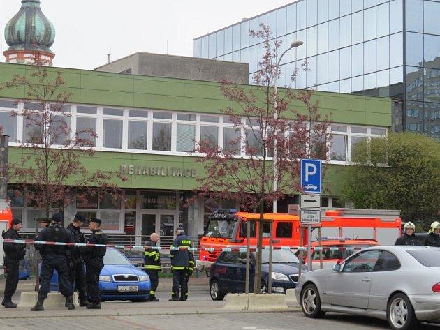 Zásah policie a záchranných složek po oznámeném uložení trhaviny v budově polikliniky ve Frýdku-Místku.