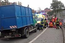 Utržené pneumatiky z nákladního automobilu v Čeladné poškodily protijedoucí automobil a těžce zranily procházejících chodce.