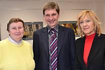 Starostka Frýdlantu nad Ostravicí Helena Pešatová (vpravo) a frýdlantští olympionici Marie Hrachová a Vlastibor Konečný.